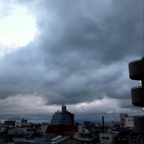 (^o^)ノ < おはよー! 今朝の大阪、重たそうな雲です。今日も笑顔でがんばろ~! #Osaka #morning