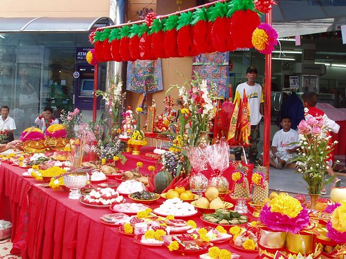201102040410_CNY_department-store-altar