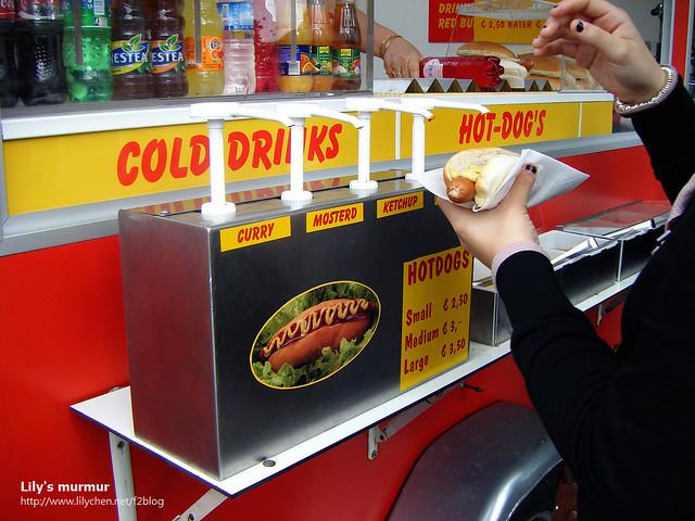 走到熱狗攤買熱狗吃,我喜歡歐式熱狗,麵包是歐式的也好吃。