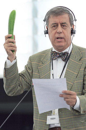 E-coli: MEP Francisco Sosa Wagner holds a cucumber during the debate