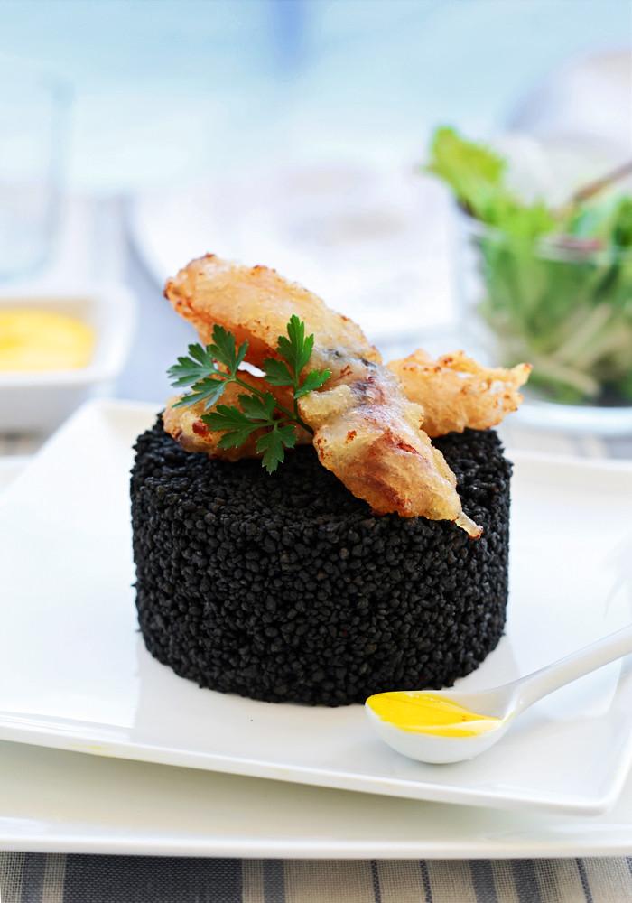 couscous noir avec calmars sur tempura et aïoli au safran