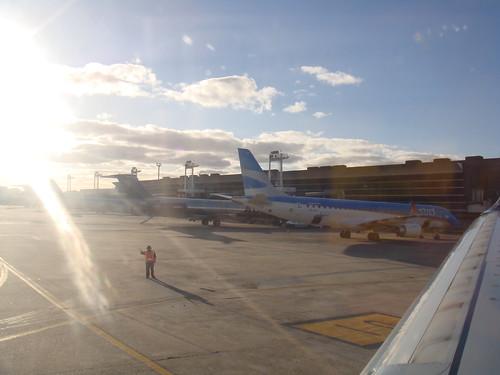 V11-2363 (nome provisório) - Argentina, Buenos Aires, Aeroparque Jorge Newbery, 28 de maio de 2011 - pista - aviões