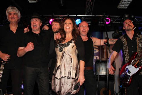 Twelve Bar Blues Band en Karen Neumann, voorzitster van de Dutch Blues Foundation (foto- Rien Wisse)