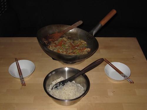 Wok-Gericht mit Schweineschnitzel, Möhren, Sojasprossen, Honig und Ingwer
