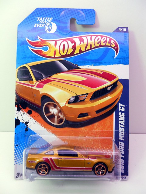 hot wheels 2010 ford mustang gt gold (1)