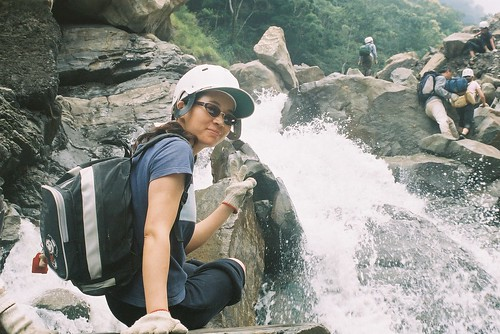 Jennifer 準備要涉水走過瀑布了5
