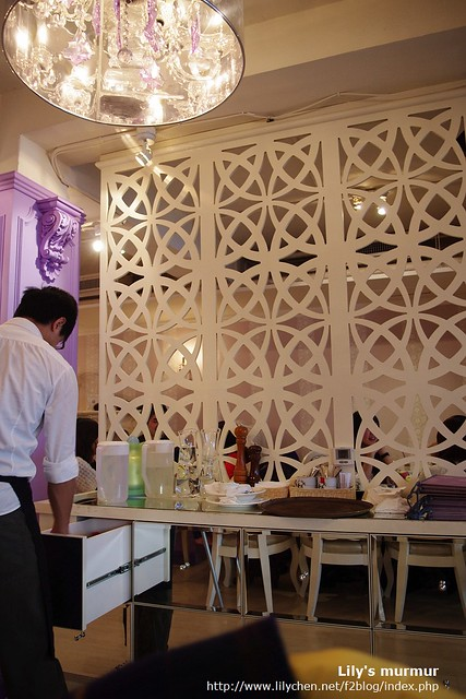 連服務生放餐點及餐具的地方都這麼美麗,真是裝潢美氣氛佳。