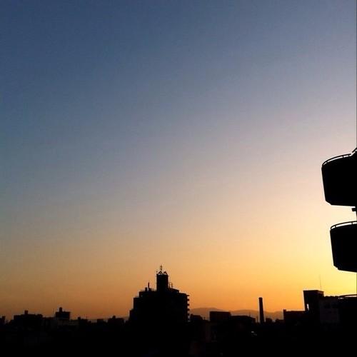 (^o^)ノ < おはよー! 今朝の大阪、快晴です。シルエットがキレイ! 今日も笑顔でがんばろ~! #Osaka #morning