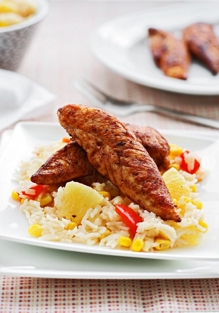 solomillos de pollo cajún con arroz y piña
