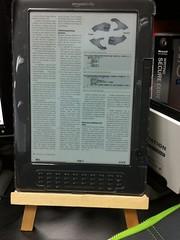Kindle DX Graphite 와 다이소 독서대 #002