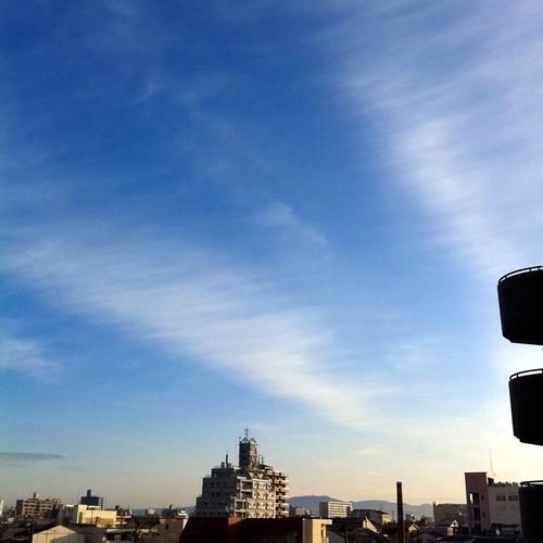 (^o^)ノ < おはよー! 今朝の大阪、印象的な空です。