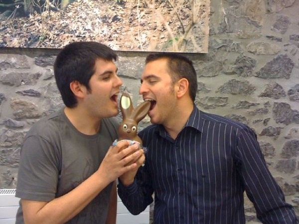 Pau y Flapy comiendo conejo de chocolate