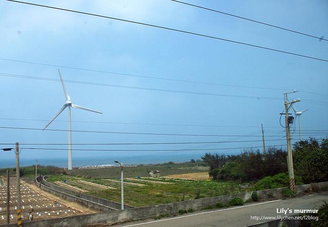 在列車上拍到的風力發電機,很巨大,數座放在一起很是壯觀。