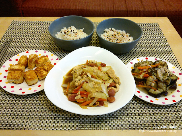這是上週末的晚餐,煎雞蛋豆腐比較花時間一點。但最終原因是我只有一個電爐...