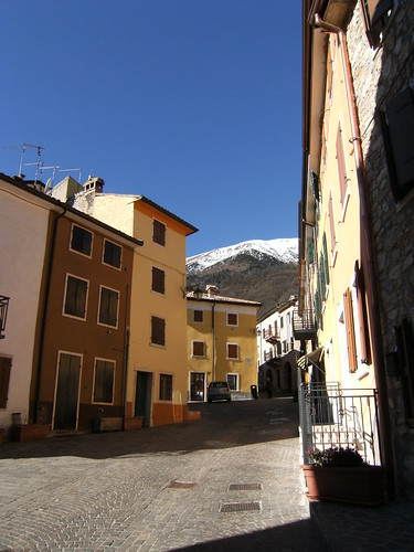 Ferrara di Monte Baldo con il Baldo sullo sfondo