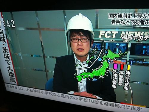 Dando las noticias con casco