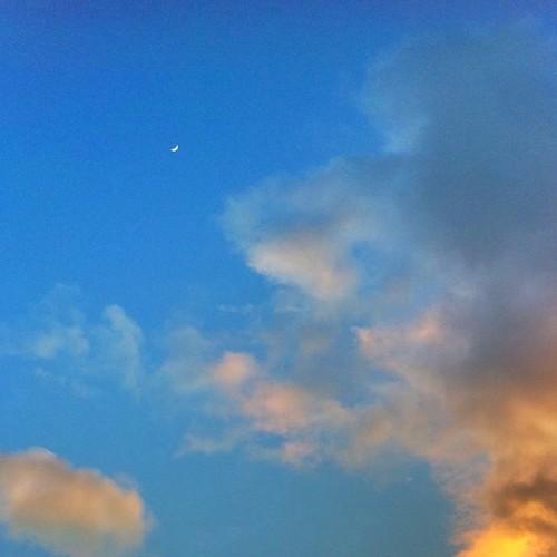 夕陽を受け、月がでた! 今日もお疲れ様でした。