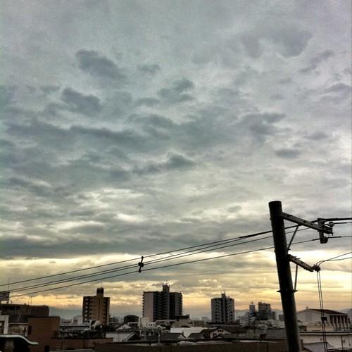 (^o^)ノ < おはよー! 今朝の大阪、ちと重々しい空です。今日も笑顔でヨロシク! #Osaka #morning