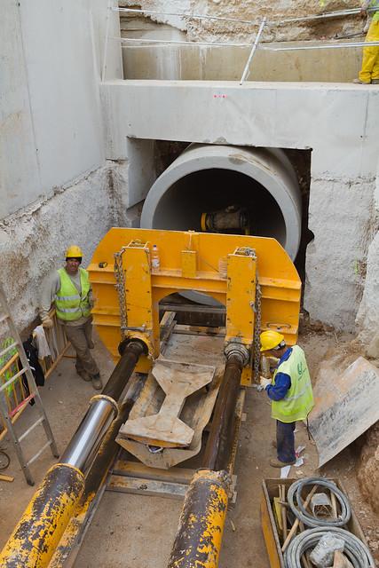 Finalizando trabajos en hinca de tubos de hormigón en Riera d'Horta - 19-04-11