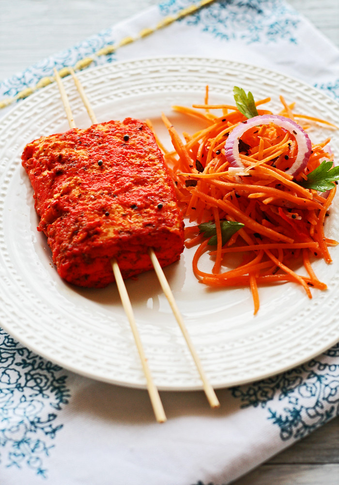 halloumi tandoori con pachadi de zanahoria