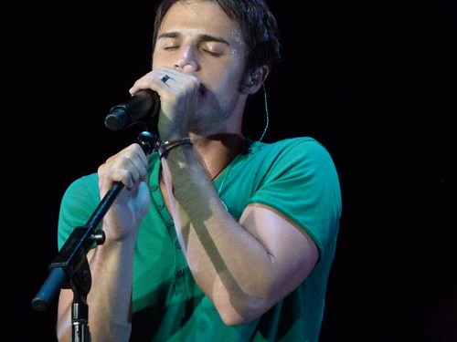 Kris Allen sexy UNF biceps arms closed eyes green tee shirt photo Miami Florida
