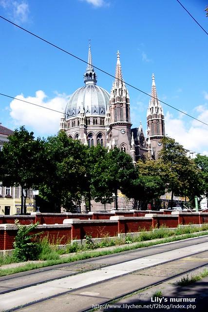 在某地鐵站附近的美麗教堂,暫不知名,先拍照留念。
