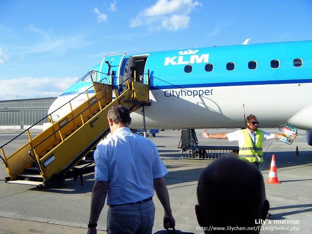 沒有空橋,得自行走上歐洲內陸線的小客機,挺有趣。