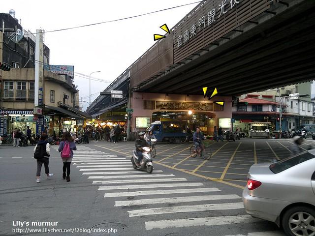 意外發現的宜蘭東門夜市,就在宜蘭火車站附近的高架橋下方。