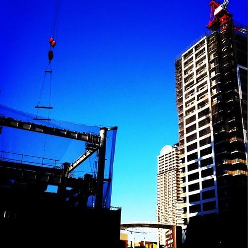 お昼~! 青空がいい感じ。あと半日、がんばろ~!v( ̄Д ̄)v イエイ #Osaka #Abeno #sky