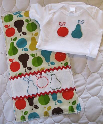 apples n'pears onesie onesie/burp set