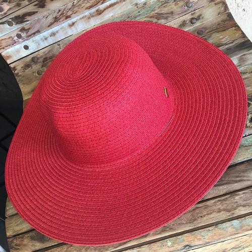 Os chapéus são as estrelas da Coleção Resort Cash