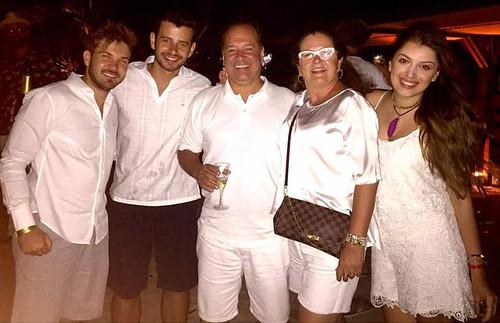 Com Victor Alessi, o irmão, Augusto Bomfim Torquetti, e os pais, Paulo Roberto e Ana Maria Bomfim Torquetti, no réveilon de 2016 na Praia De Geribá - Armação Dos Buzios.