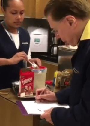 Silvio Santos aprende a fazer cappuccino no salão de Jassa; veja