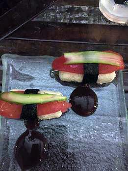 Sushimon, divertida criação sem arroz, com arroz de palmito e couve-flor, alga nori, tomate marinado, aspargos e molho oriental