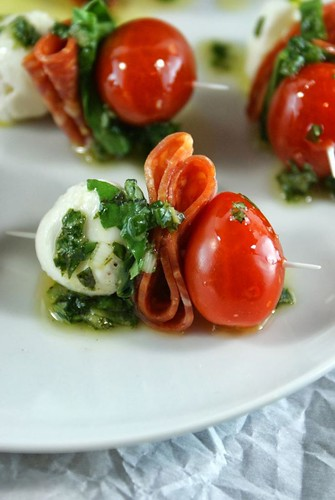 Espetinho de Mussarela de Búfala, Salame e Tomatinho Cereja