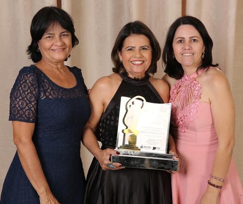 Beatriz Duarte e seu troféu de Empresária Destaque