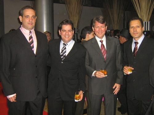 Kadu Sena, Leoncinho Guimarães, Leonel Guimarães e Moisés Guimarães, em boa conversa no salão do Morro