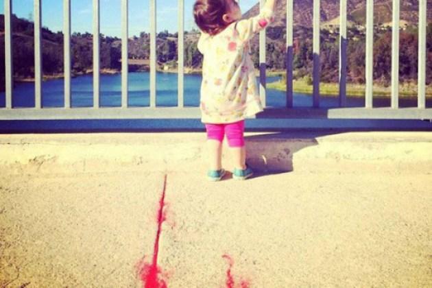 Por boa causa, Ashton Kutcher posta foto da filha em rede social