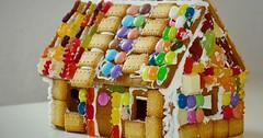 """Das Lebkuchenhaus. Die Lebkuchenhäuser. Lebkuchenhäuser bestehen aus lauter leckeren Sachen. • <a style=""""font-size:0.8em;"""" href=""""http://www.flickr.com/photos/42554185@N00/30622917814/"""" target=""""_blank"""">View on Flickr</a>"""