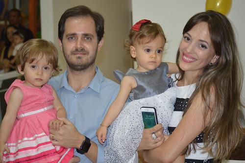 Dr Douglas, Junia e as gêmeas Rebeca e Ester