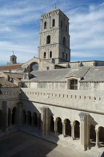Le cloitre de Saint Trophime comporte 4 galeries très belles