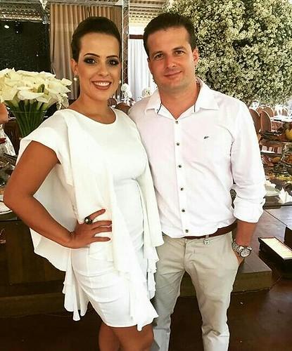 Mariana Araújo e seu esposo em tarde de de festa com vestido Lança Perfume, arrancando elogios de todos.
