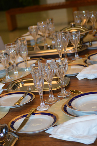 Mesa posta com porcelanas , cristais e e acessórios da Damiani Home2