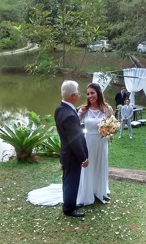 Yana e seu pai, Ari Carneiro, a caminho do altar