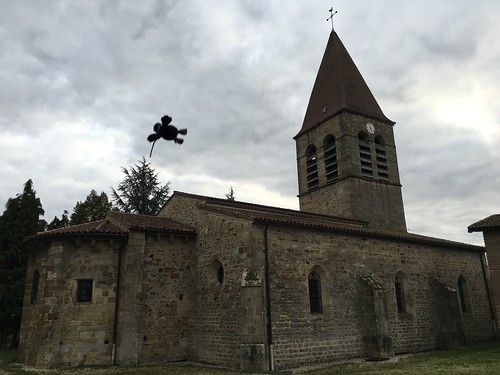 Un traditionnel vol plané au dessus de l'église d'Orléat