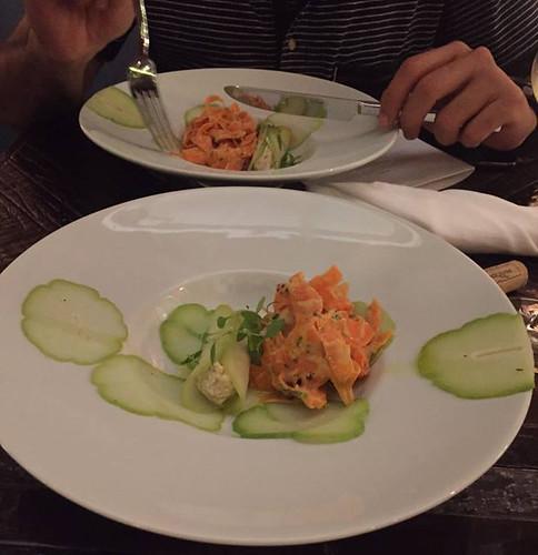 Ninféias, Finas lâminas de chuchu marinadas, tiras de cenoura com maionese Ró de banana, creme de castanhas, sauerkraut e salsa