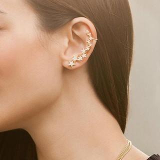Ear cuff de estrelas MORANA. Um brinco super estiloso e para dar um ar de jovem à produção.