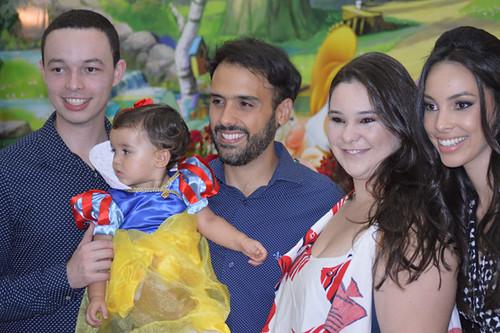 Helena com os papais e os padrinhos André Tomé e Isabela Maia Carvalhaes