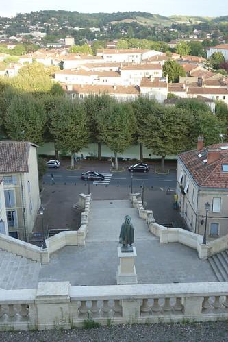 """Un grand escalier appelé ici """"escalier monumental"""". En bas coule la rivière """"Gers"""""""