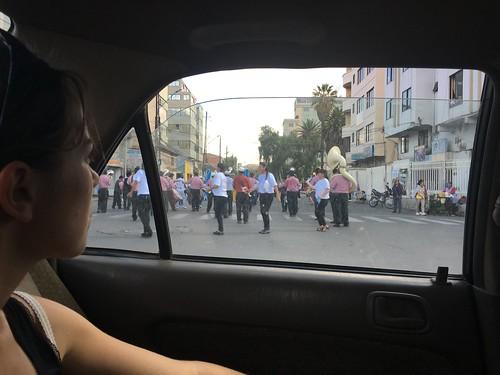 Souvent des défilés où se mêlent des personnes de tous les âges
